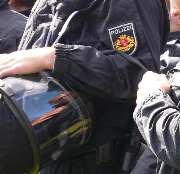 Bild: Polizist mit Einsatzhelm