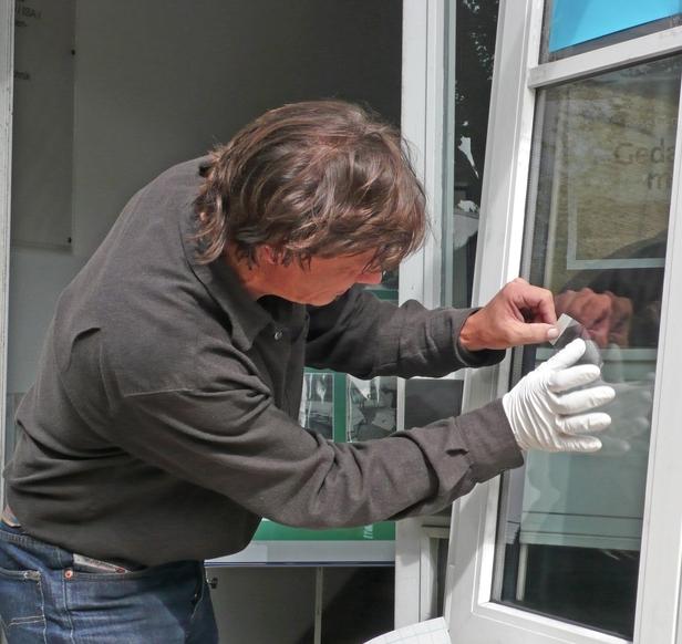 Bild einer Spurensuche an einem Fenster