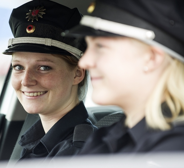 2 Polizistinnen in einem Streifenwagen