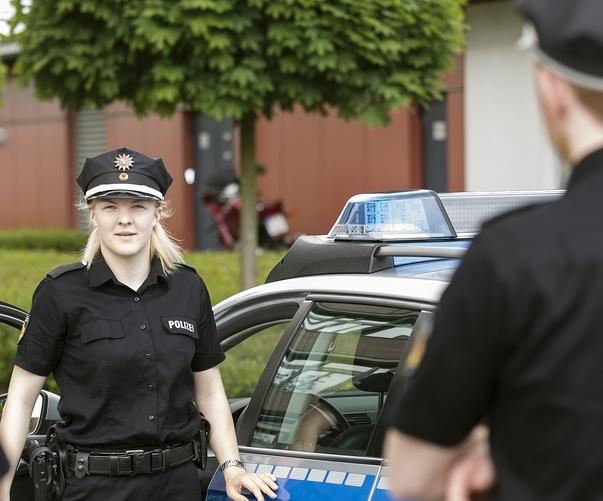 bild mit uniformabzeichen der polizei bremen - Polizei Bremen Bewerbung
