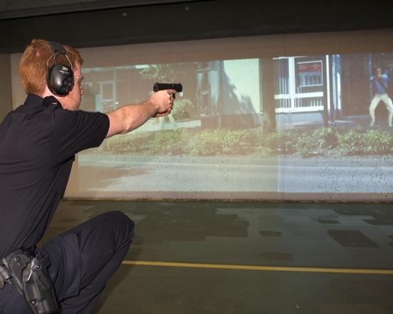 Polizeibeamter im Schießkino beim Training