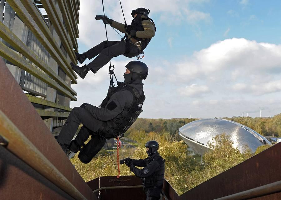 2 Polizisten einer Sondereinheit bei einer Abseilübung