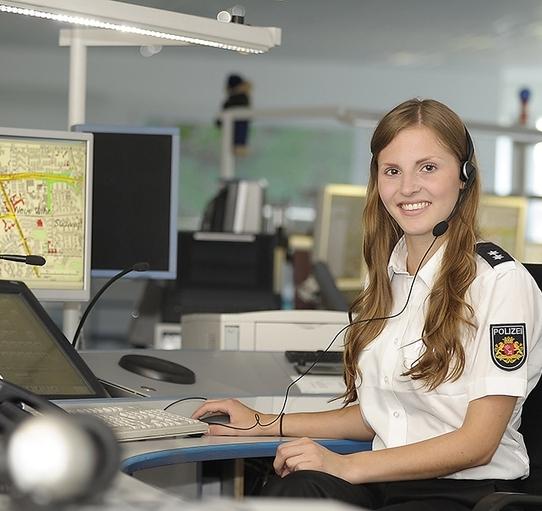 Bild einer Funksprecherin der Polizei am Arbeitsplatz